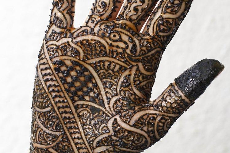 En muchas religiones, se pinta a la novia con henna antes de la ceremonia de casamiento.