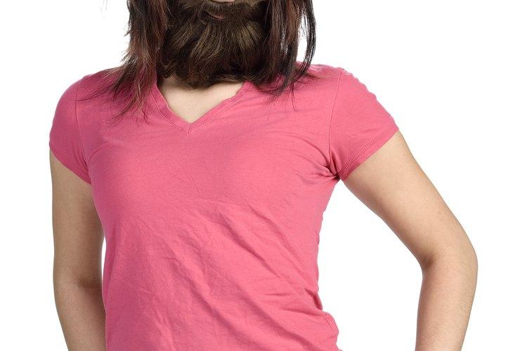 Para crear barbas postizas realistas, usa varios tonos diferentes de cabello crepé.
