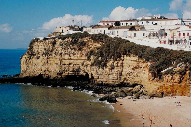 La región Algarve de Portugal recibe a los amantes de los deportes acuáticos.