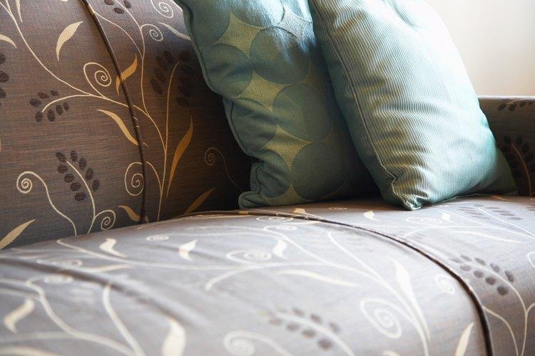 Elimina con cuidado las manchas de pintura de látex secas del sofá para que la tapicería no se dañe.