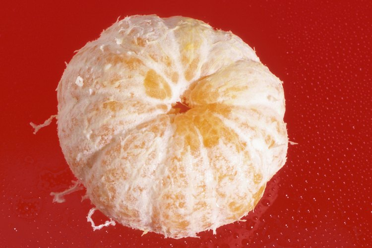Recoge las semillas de una mandarina madura.
