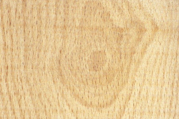 Corta seis trozos de madera de 4 x 4 pies (1,2 por 1,2 metros) y 7 pies (2,1 metros) de largo con una sierra circular.