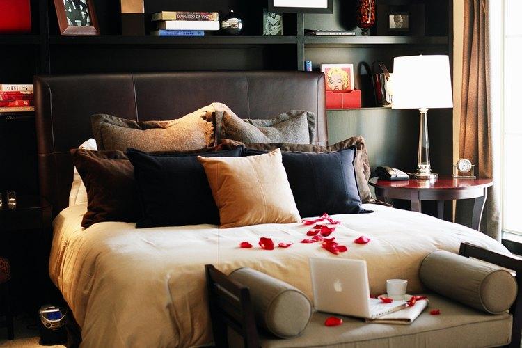 C mo ubicar mi cama tama o queen en un dormitorio peque o for Como acomodar un cuarto pequeno