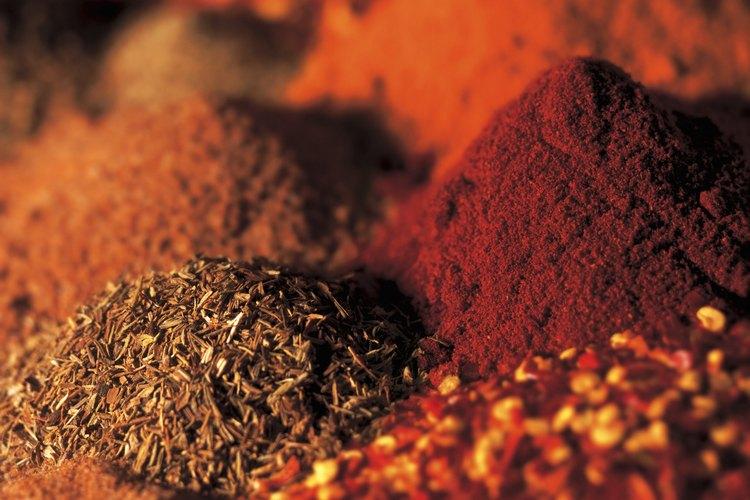 El Paprika o pimentón dulce va desde un color rojizo-anaranjado a rojizo-marrón y a rojo brillante.