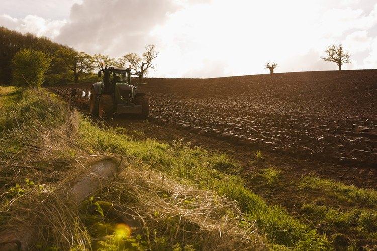 Un tractor tira del sistema de aplicación y del tanque nodriza a través del campo.