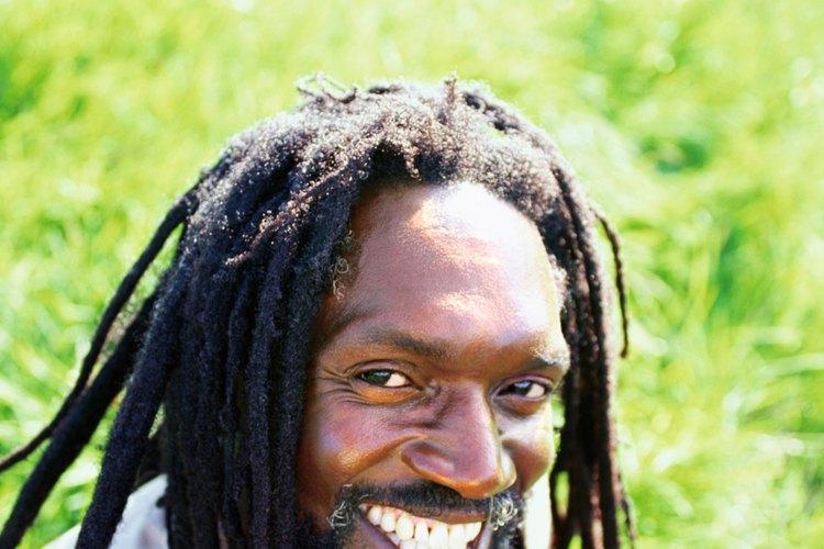 Los peinados para hombres negros varían desde una cabeza afeitada hasta largas rastas o trenzas.