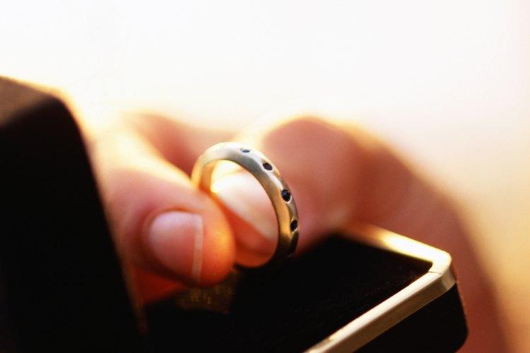 Decidir qué hacer con tu anillo de boda puede ser emocional.