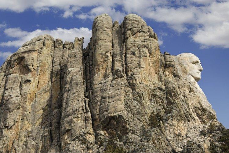 La roca de granito del Monte Rushmore National Memorial muestra muchas etapas de meteorización.