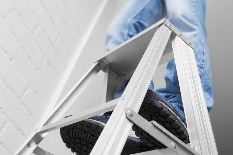 La OSHA requiere que las escaleras se mantengan de forma segura, sin riesgo de sufrir resbalones o cargas excesivas.