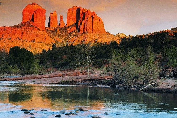 Los monolitos de piedra arenisca roja alcanzan los acantilados de piedra caliza sobre el Oak Creek Canyon cerca de Sedona, Arizona.