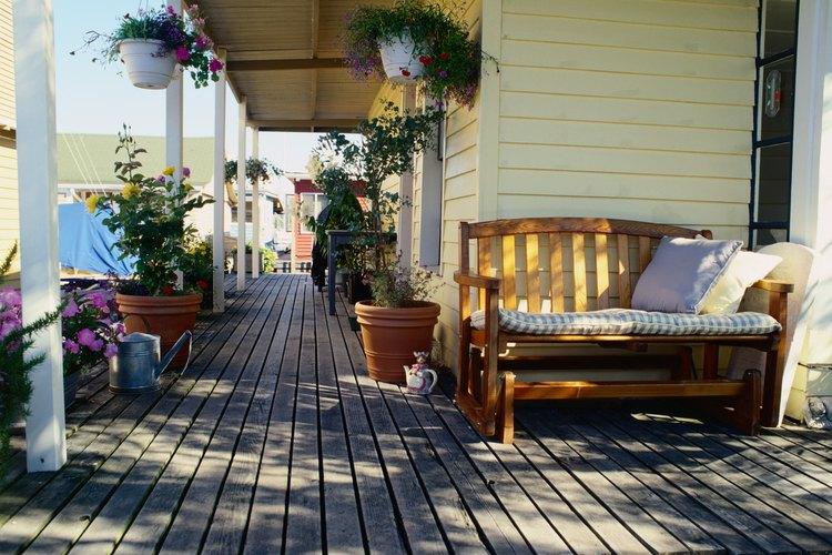 Sella tu piso de madera y mobiliario que se encuentran al aire libre para evitar daños ocasionados por el agua.