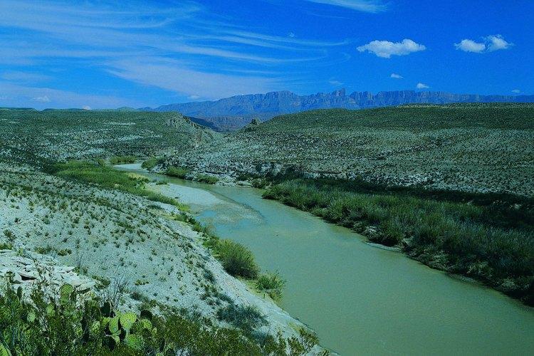 El Río Bravo sirve de límite entre México y Estados Unidos.