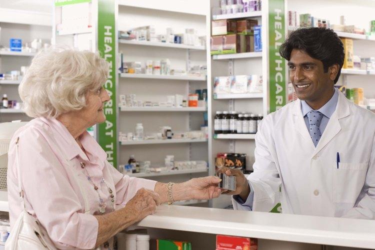 Los farmacéuticos distribuyen las drogas a los pacientes que viven con distintas condiciones médicas.
