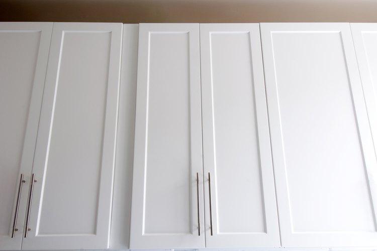 La alacena de cocina superior puede extenderse hasta el cielo raso.