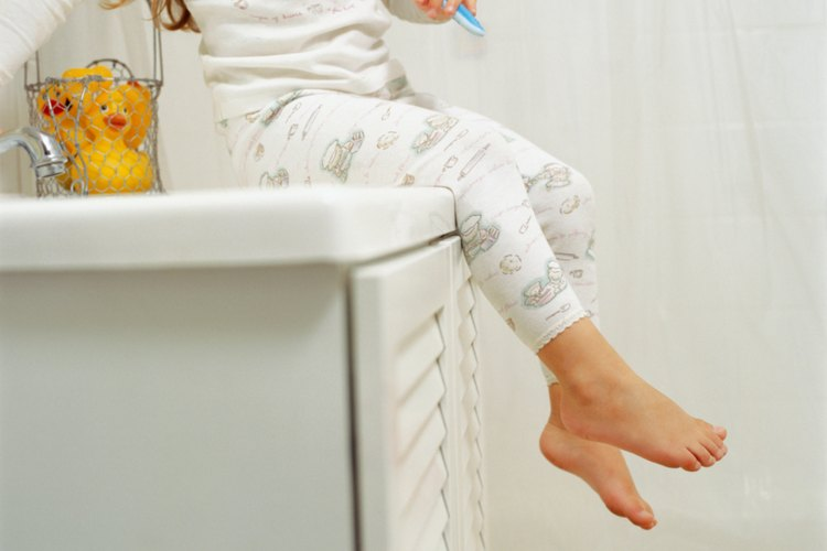 Optimiza el espacio de tu baño para ayudar a que parezca más grande.