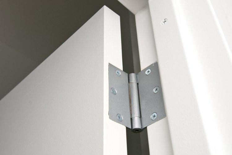 Las bisagras quedan en el marco sin interferir con la función de la puerta.