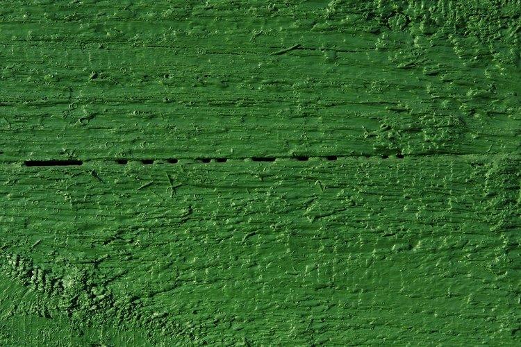 Las paredes verde latón son iluminadas instantáneamente con cortinas amarillo mantequilla.
