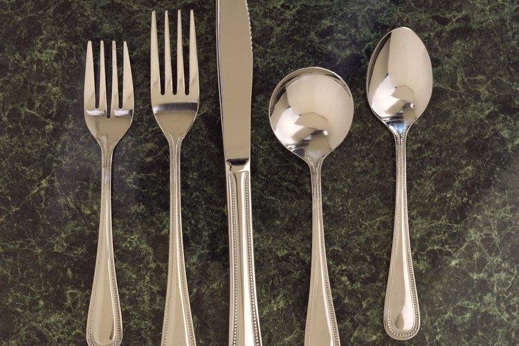 Las manchas en la plata arruinan el brillo con líneas o rayas negras.