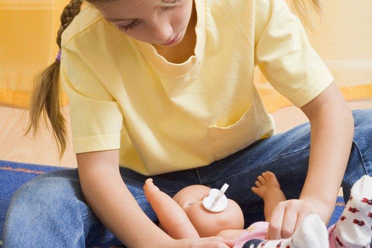 Interactuar con un muñeco de bebé es una buena forma de enseñarle a tu hijo cómo ser delicado con los bebés.