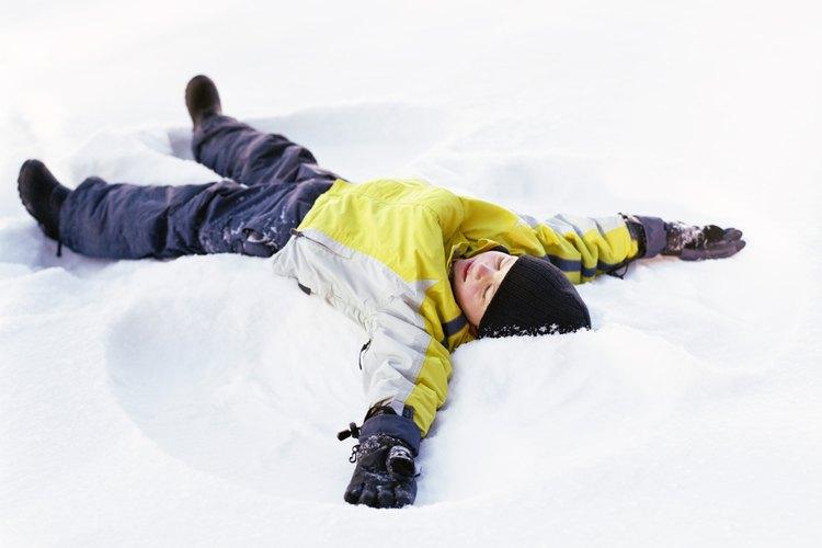 Jugar en la nieve es una manera de pasar el tiempo.