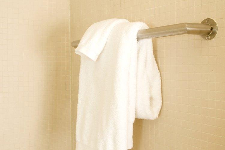 Instala un toallero metálico a las baldosas usando pegamento.