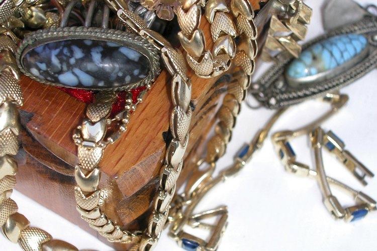 Almacenar artículos de metal de joyería unos encima de otros puede causar corrosión y deslustre.