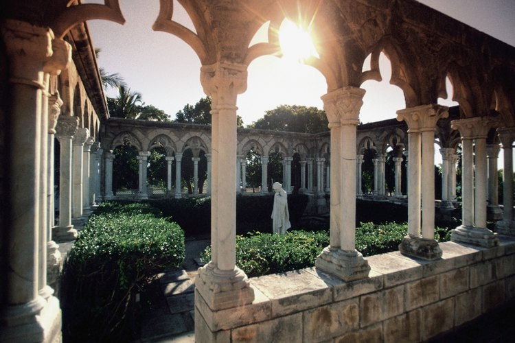 Jardín en un claustro francés en Paradise Island, Bahamas.