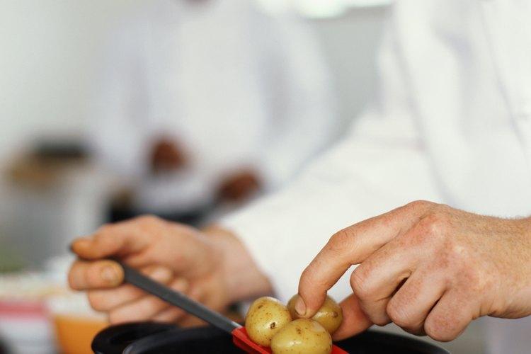 Sancochar las papas hace que se puedan manejar mejor y que se preparen más rápidamente.