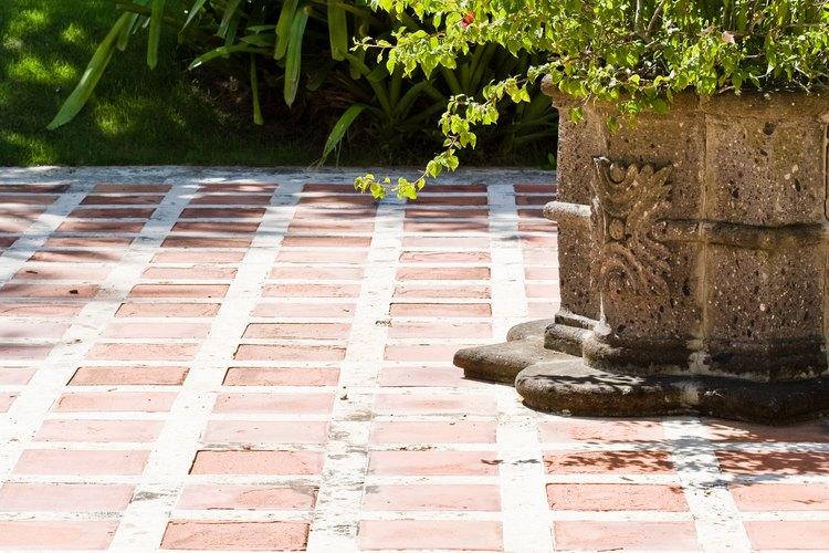 La baldosa cerámica es una opción un tanto asequible para el suelo que funciona bien en un piso de un balcón o una terraza.