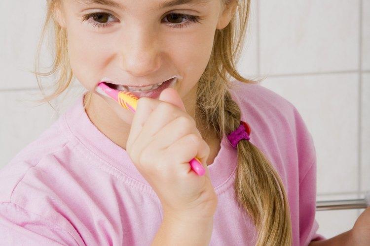 Ayuda a tu hijo a cuidar de sus dientes.