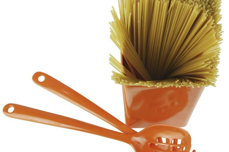 La pasta se puede cocinar rápidamente en le microondas.
