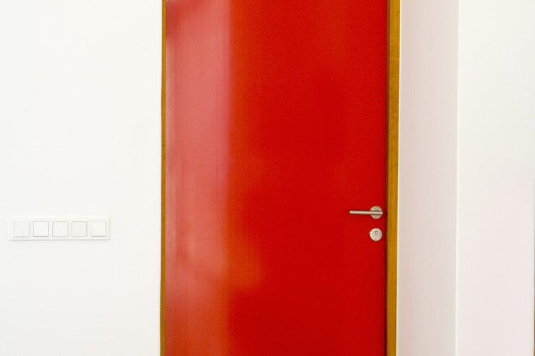 Una puerta con un color brillante genera un foco de interés en un corredor.