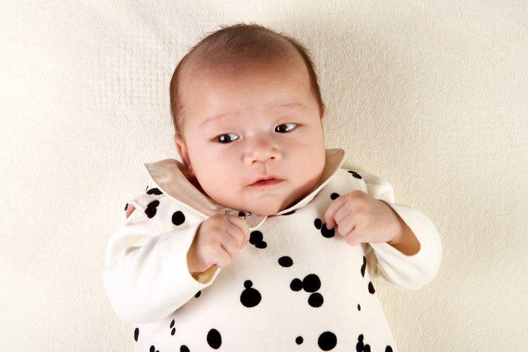 Un abrazo cálido y una sonrisa dulce pueden ayudar a asegurarle a tu hija de que no hay nada que temer.