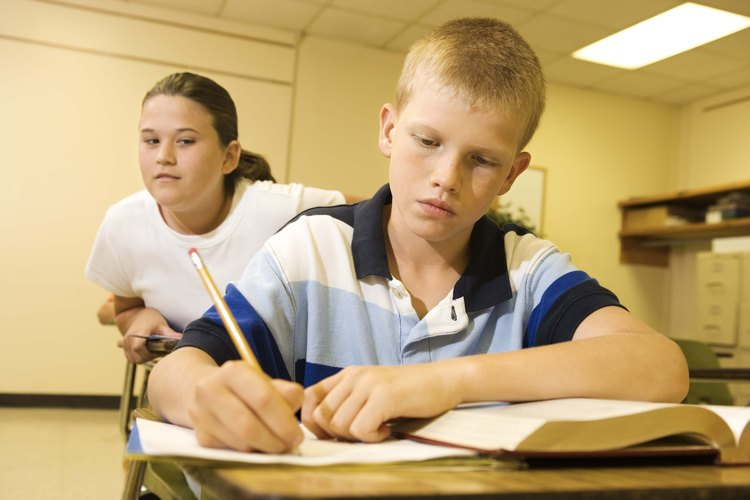 Copiarse en un examen es una dilema moral común para niños.
