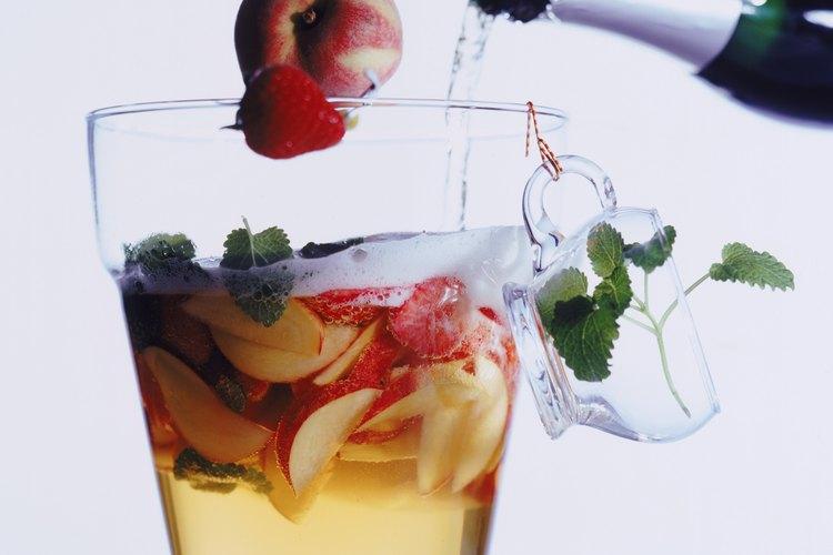 El jugo de fruta y el 7-Up crean un ponche sabroso y sencillo.