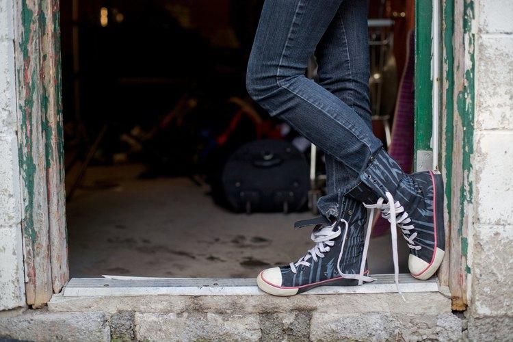 Se pueden formar ampollas, granos y callos en el pie o el tobillo por fricción.