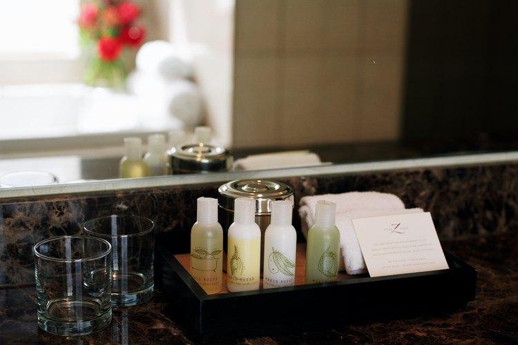 Un buen sellador te ayudará a proteger las encimeras de granito del baño de manchas de jabón y de maquillaje.