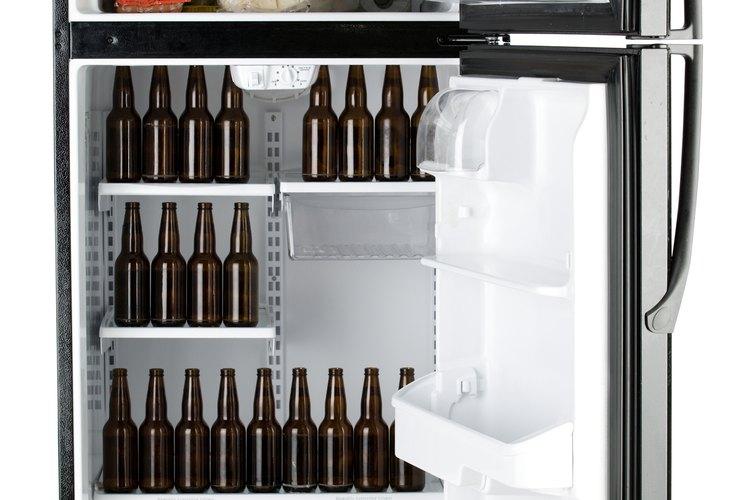 Coloca los gusanos en un recipiente bien sellado y luego en el congelador para matarlos.
