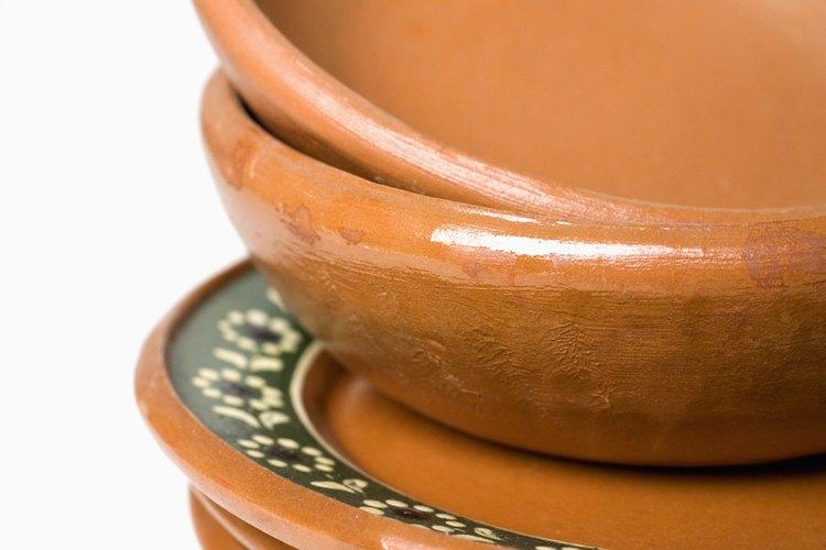 Muchos trastes de cerámica tienen diseños vibrantes de las culturas mediterraneas.
