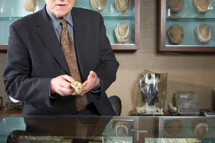 Cuelga tus joyas dentro utilizando tachuelas en forma de U o alfileres.