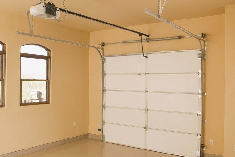 Abre la puerta de tu garaje de forma manual desacoplando la puerta del carril.