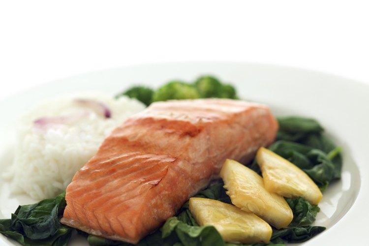 Elige filetes de salmón para asar en vez de todo el salmón.