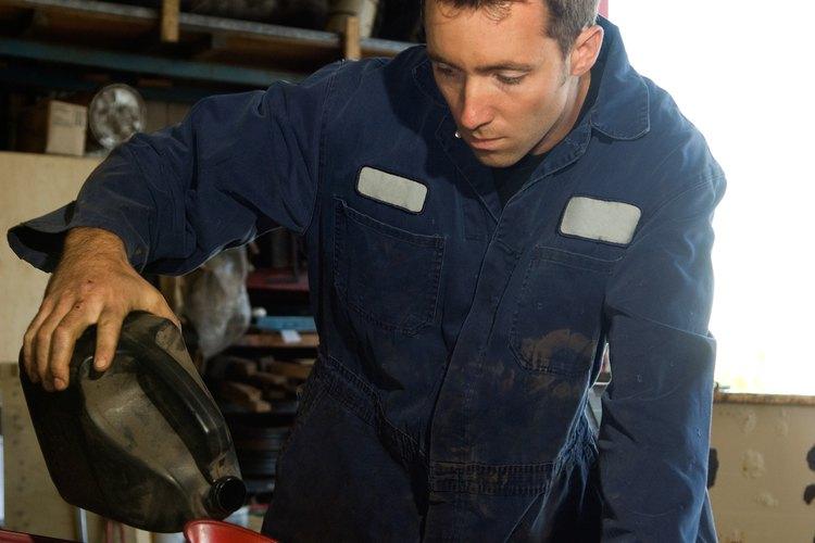 Vierte el líquido de enjuague del motor directamente en tu cárter de aceite.