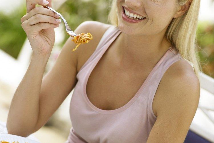 Sólo unos pocos fideos, si los hubiere, deberían colgar del tenedor al comer.