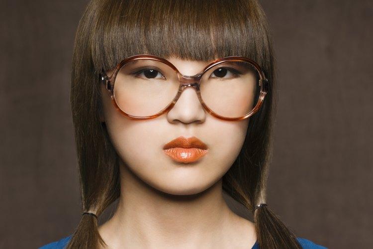 Elige marcos de anteojos que complementen tu rostro.
