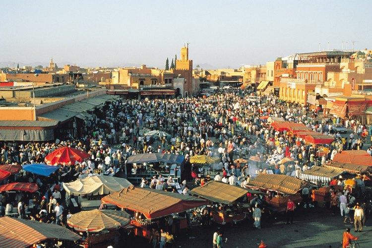 Las mujeres marroquíes se visten con el traje tradicional y con ropa occidental moderna.