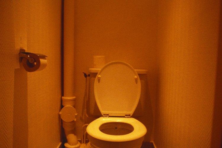 La mayoría de asientos de inodoros están hechos de plástico blanco natural.