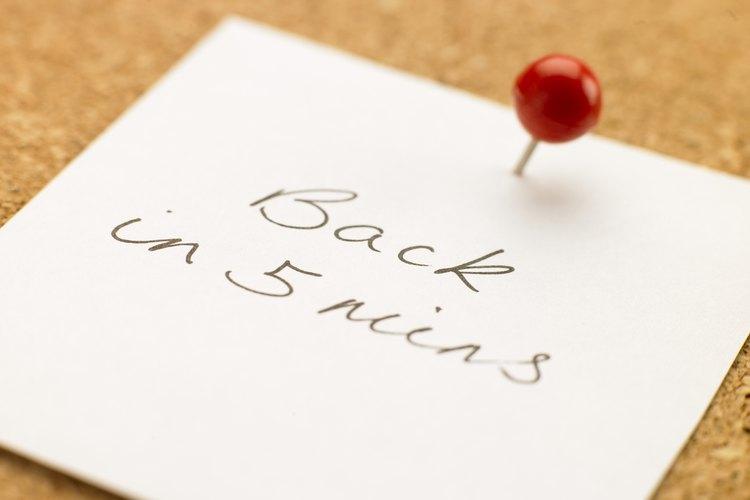 Dale un nuevo lugar para almacenar estos documentos a menudo necesarios mediante la instalación de un tablero de corcho directamente sobre su escritorio.