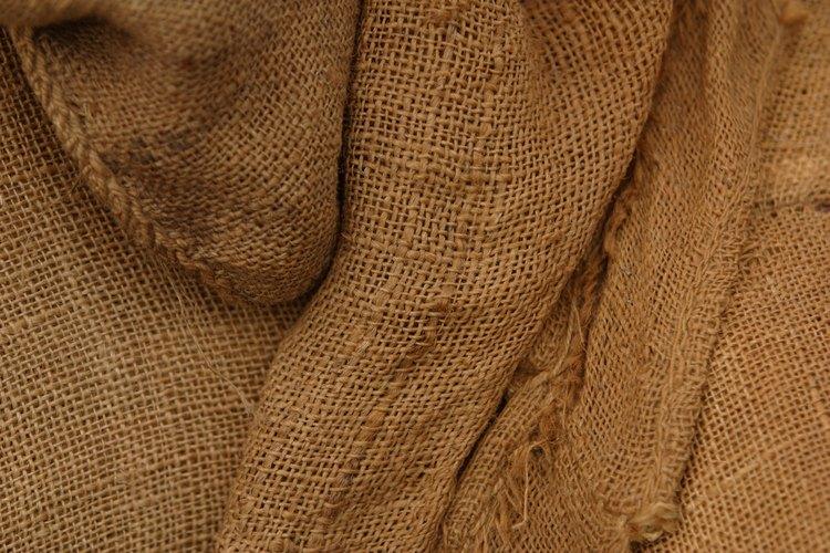 Convierte la tela arpillera en una cubierta para tu pared.