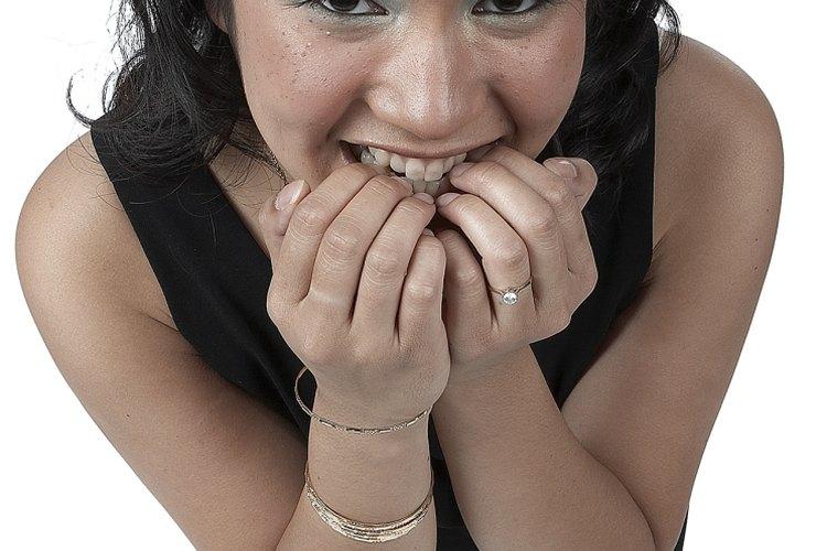 Morderse las uñas puede ser resultado de nerviosismo.